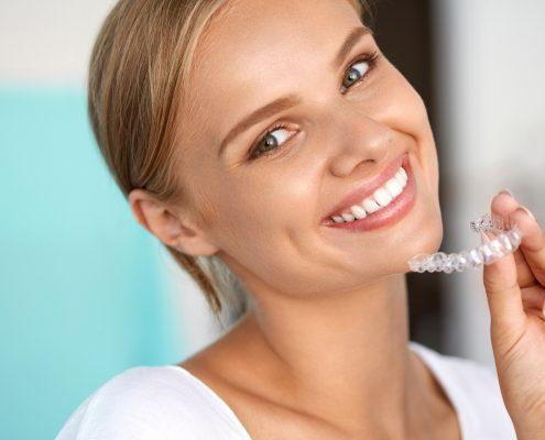 Durchsichtige Zahnspange - medi+ Praxisklinik - Foto: puhhha-Fotolia