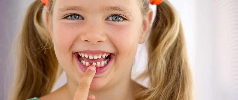 Mädchen mit Zahnlücke - Kinderzahnarzt im Medi+ - Foto: Nina Buday - shutterstock.com